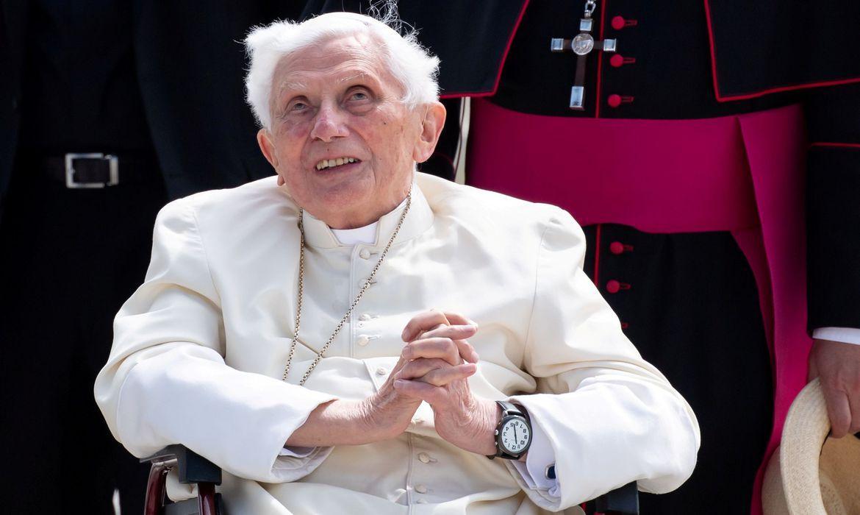 Ex-papa Bento XVI está gravemente doente, diz jornal alemão