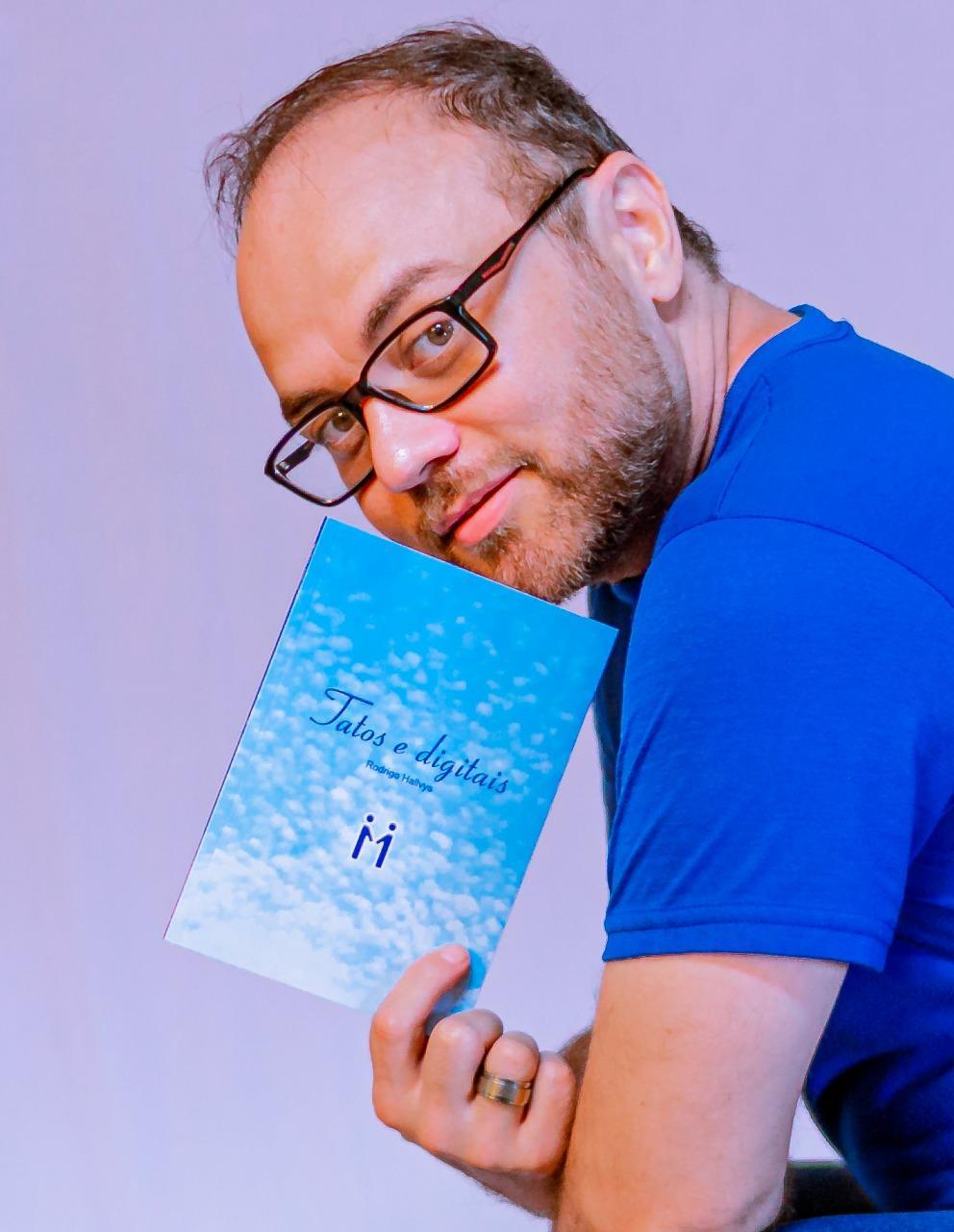 Ator Rodrigo Hallvys, de Volta Redonda, é capa da revista americana